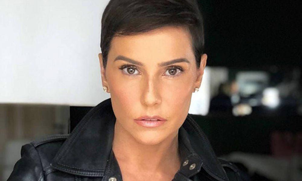 Deborah Secco muda cor do cabelo e surpreende filha   Parece a Xuxa  –  AssisNews 8e55d5a4ba6