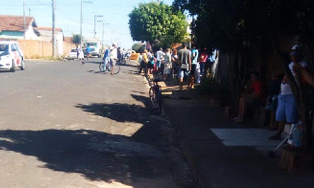 Várias pessoas se aglomeraram em frente à residência onde o cadáver foi encontrado