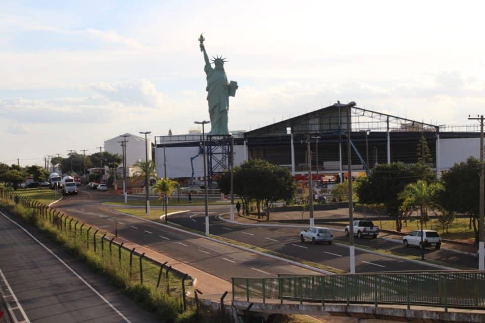 Réplica da Estátua da Liberdade foi colocada na loja da Havan em Marília (Foto: Brunno Alexandre)