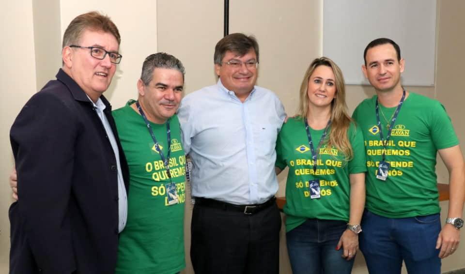 Funcionários da Havan acompanhado do presidente Marcos Rezende e do prefeito Daniel Alonso (Foto: Divulgação)