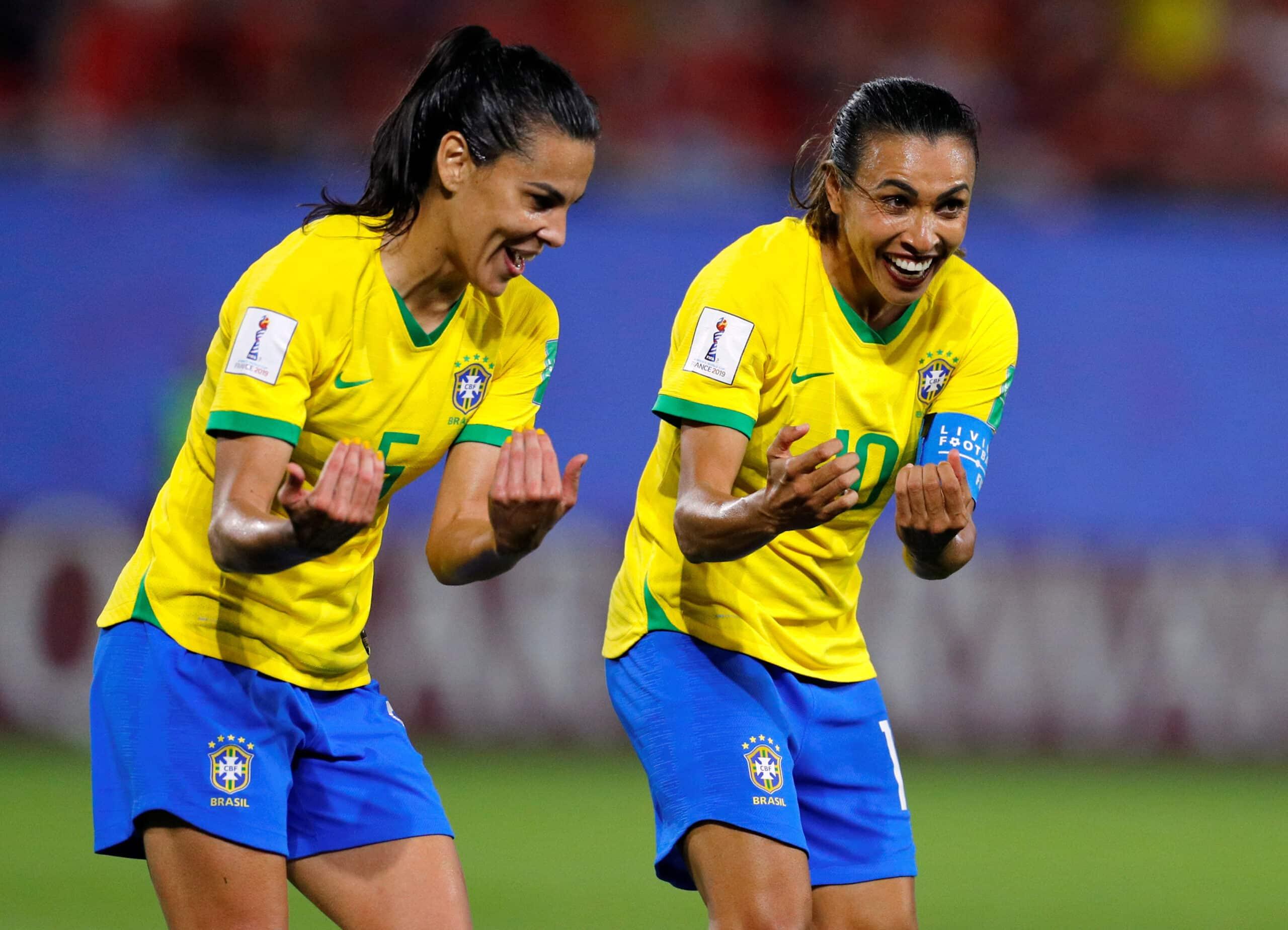 Marta e Thaisa celebram gol brasileiro contra a Itália (Foto: Phil Noble / Reuters)