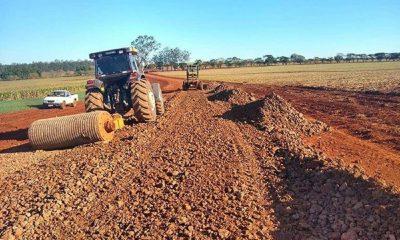 Florínea realiza 'cascalhamento' em estradas rurais