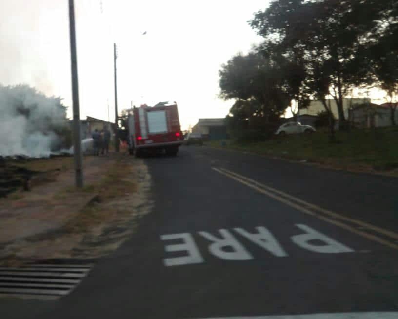 Incêndio em terreno na Rua João Longo, no Parque Universitário (Foto: AssisNews)