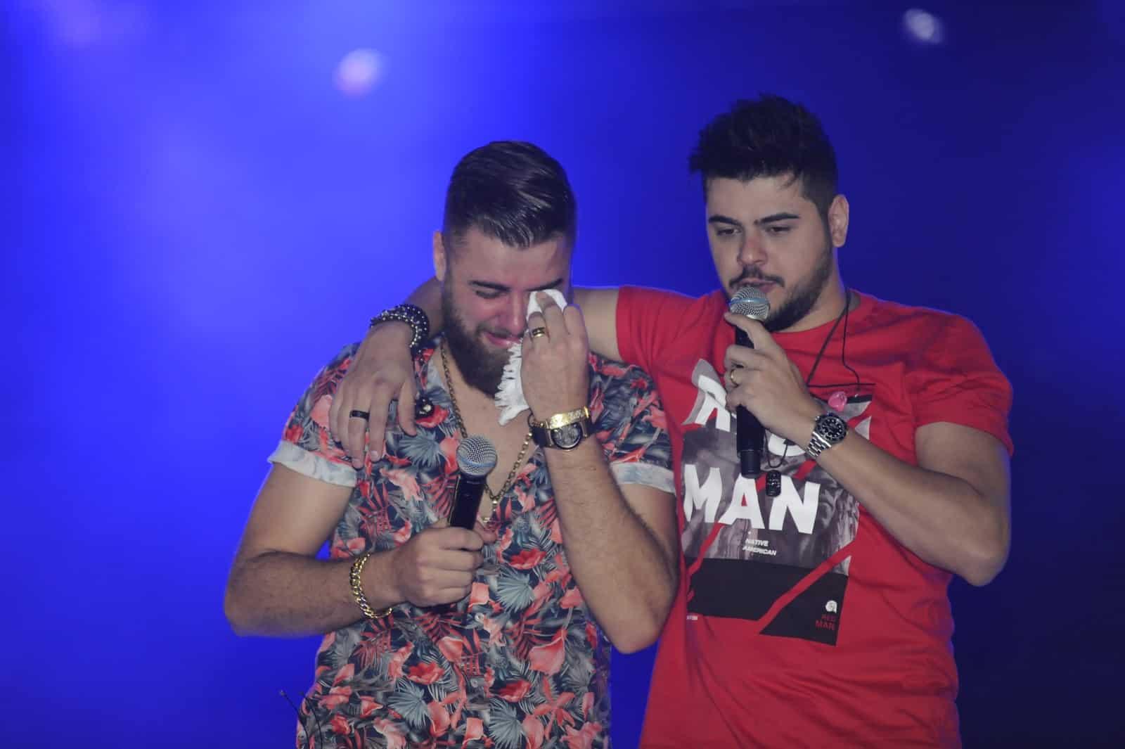 Zé Neto se emocionou durante apresentação na Festa do Peão de Americana — Foto: Júlio Cesar Costa/G1