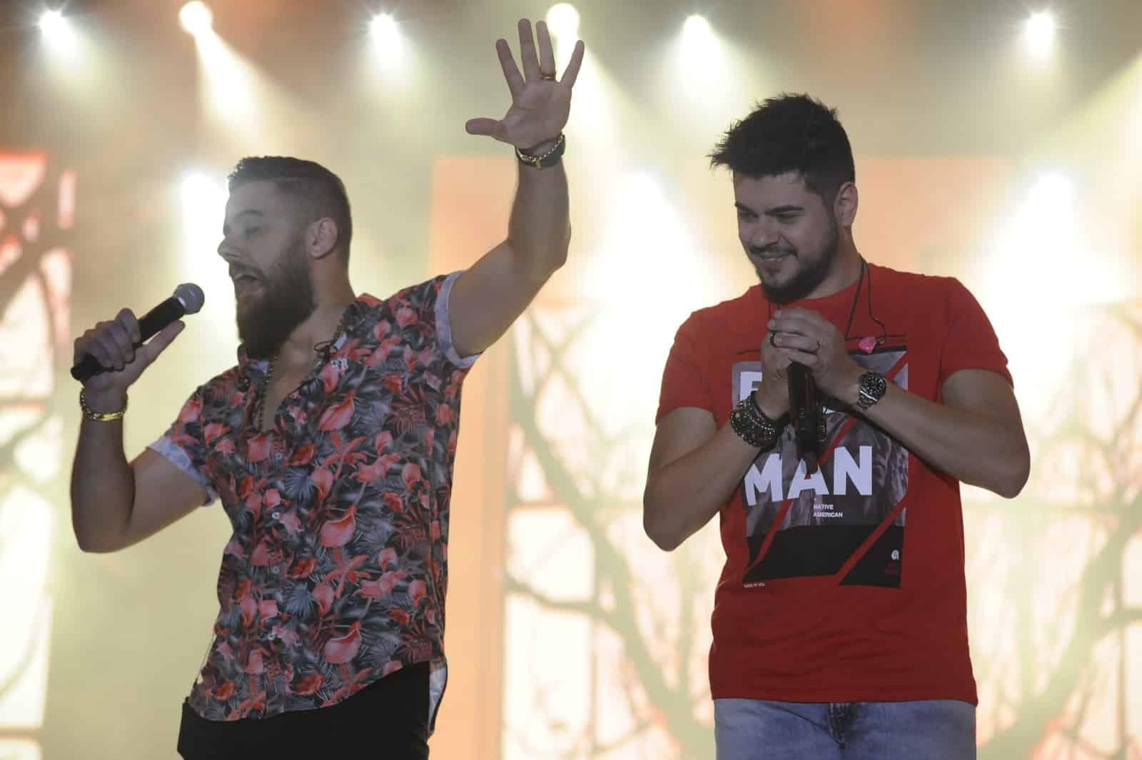 Zé Neto e Cristiano desfilaram hits durante show em Americana — Foto: Júlio Cesar Costa/G1