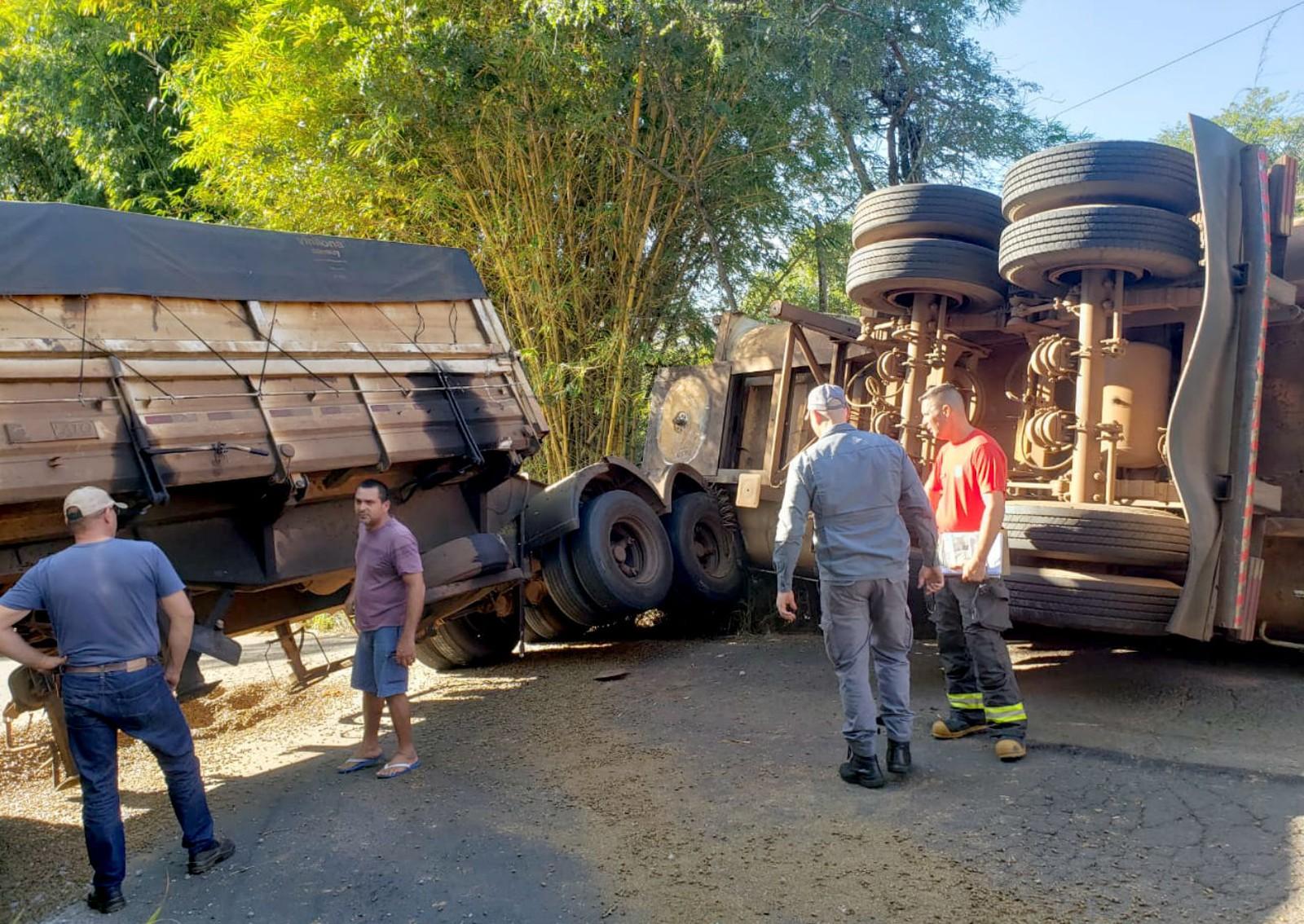 Motorista da carreta carregada de laranja que tombou na pista não se feriu no acidente — Foto: João Trentini/Divulgação