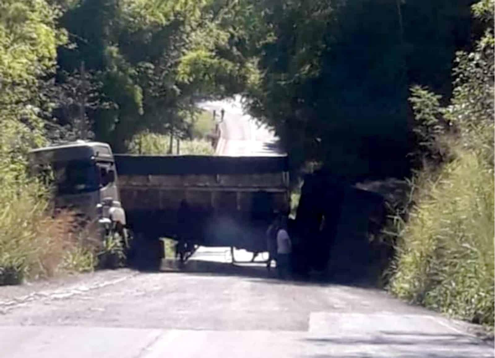 Carreta bitrem ficou com a carroceria totalmente atravessada na pista da vicinal — Foto: João Trentini/Divulgação