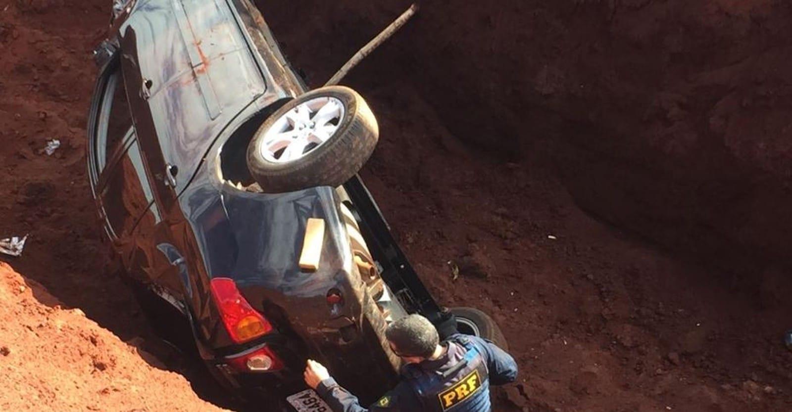 Motorista tentou fugir de uma blitz da Polícia Rodoviária Federal pois estava com o carro recheado de drogas. — Foto: Alisson Negrini/Divulgação