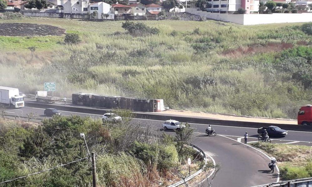 Caminhão tombou carregado com soja; carga ficou espalhada na pista em Marília. — Foto: Cristian Barbarela/Divulgação