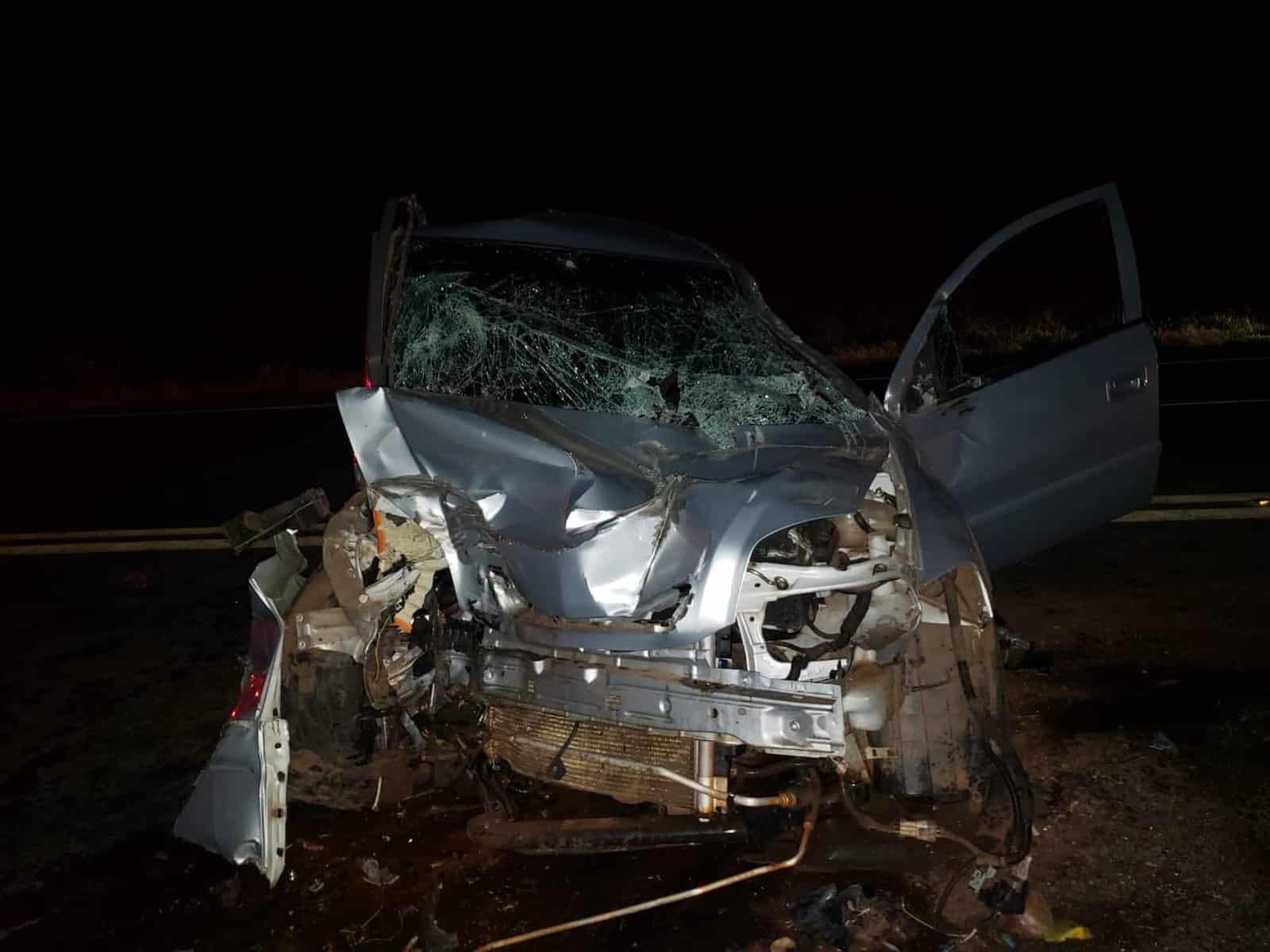 Caminhão carregado com manga cruza a pista de rodovia e atinge carro em Iacri — Foto: João Trentini/Divulgação