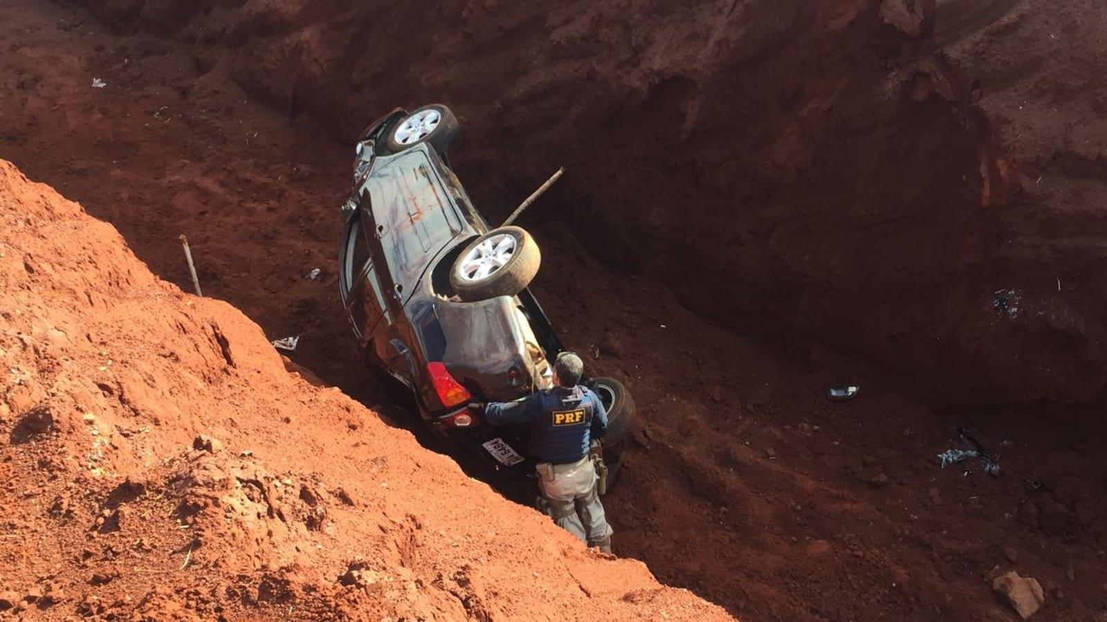 Suspeito perdeu o controle do veículo carregado com drogas e caiu dentro de uma vala na Raposo Tavares, em Ourinhos (SP) — Foto: Alisson Negrini/Divulgação