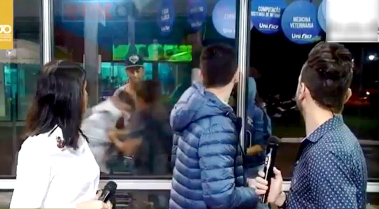 Briga interrompe entrevista de prefeito durante programa de TV — Foto: Reprodução/TV TEM