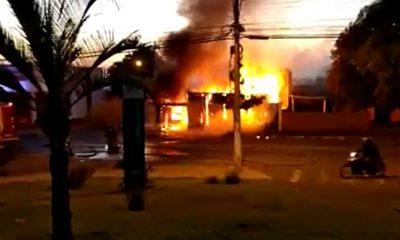 Incêndio atingiu uma casa de madeira no bairro Vila São Luiz, em Ourinhos — Foto: Renata Tibúrcio/Arquivo pessoal