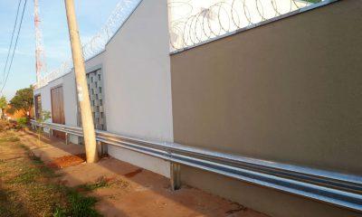 Secretário anuncia afastamento de diretor do DER que mandou colocar defensa metálica em frente de casas em Bauru — Foto: TV TEM/Reprodução