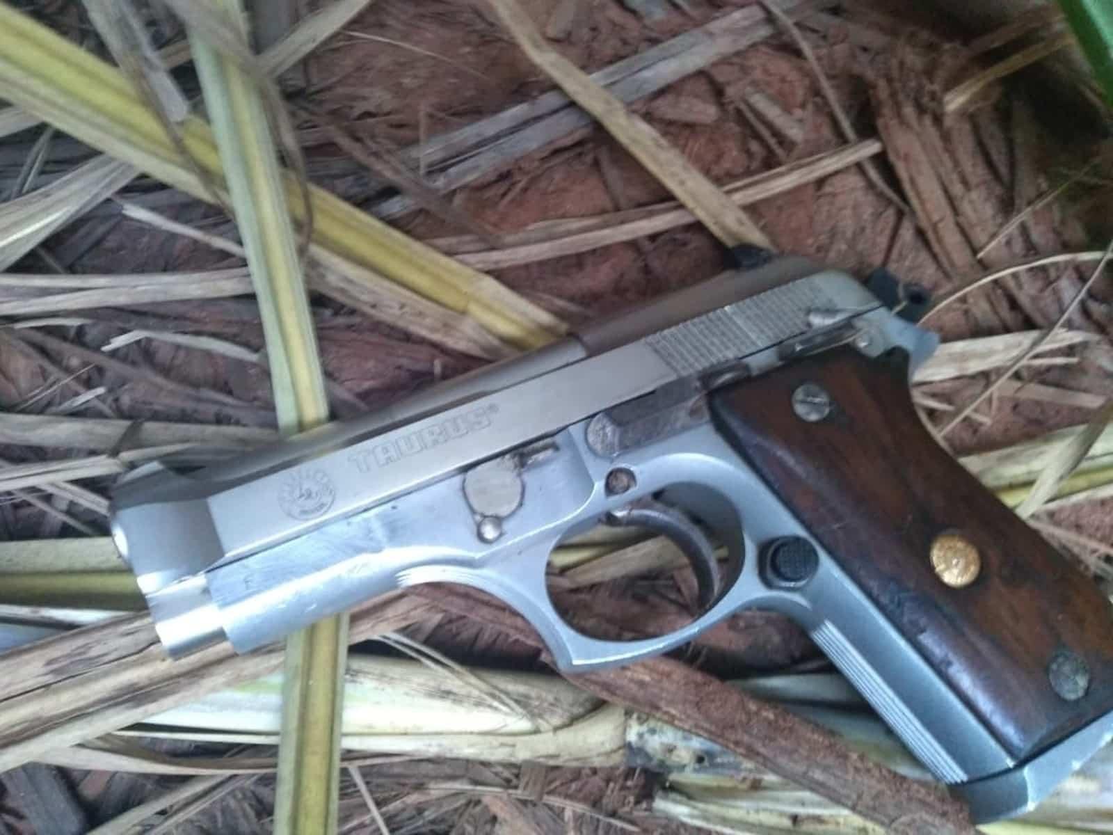 Arma e munição que estavam com ex-prefeito e filho foram apreendidas após troca de tiros na zona rural de Assis — Foto: Policia Militar/Divulgação