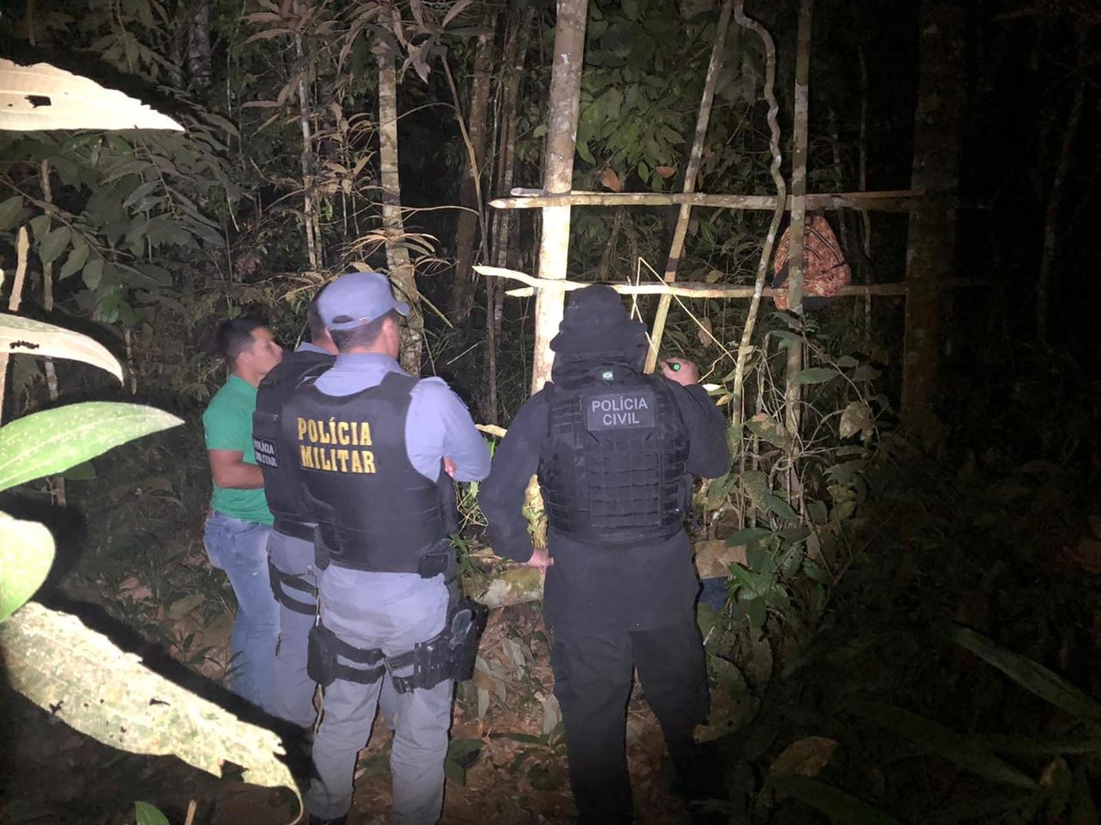 Policiais observam armadilha de onde o caçador teria caído e sido atingido acidentalmente pela própria arma em Nova Ubiratã — Foto: Daniel Silva/Arquivo Pessoal