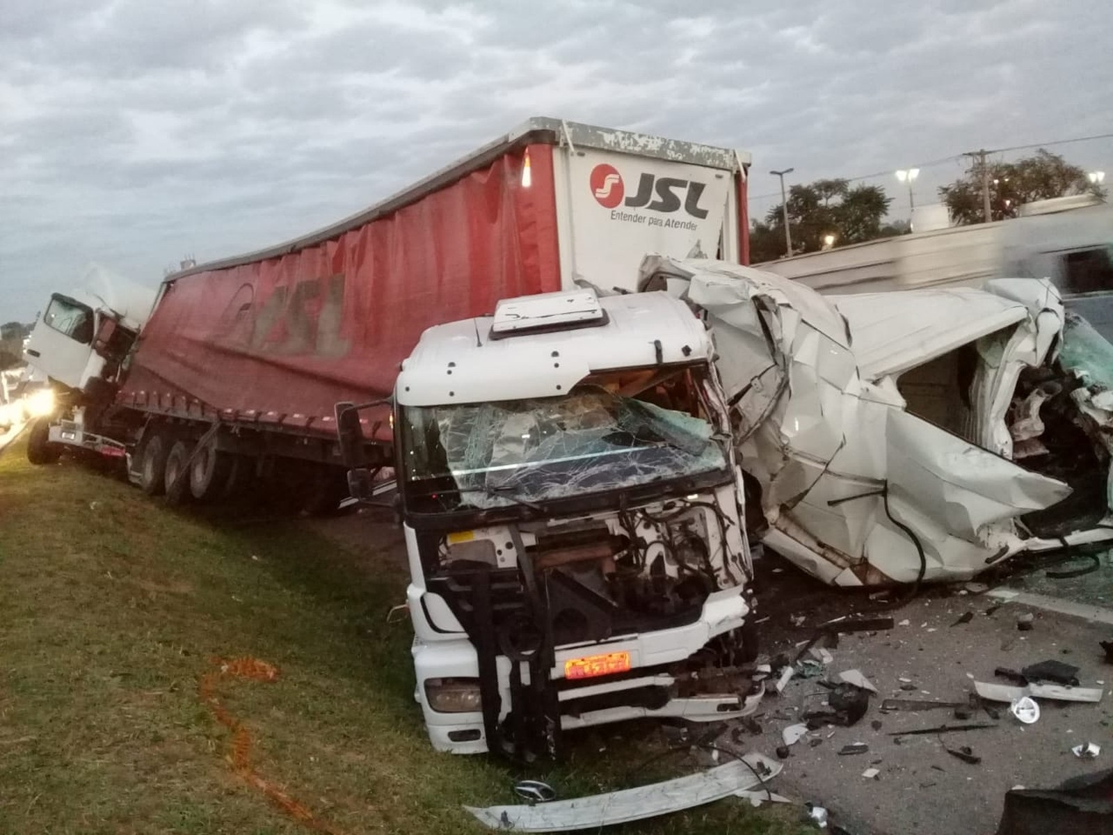 Acidente na Rodovia Dom Gabriel Paulino Bueno Couto aconteceu na madrugada desta terça-feira (30) (Foto: Ademir Martimiano/Arquivo pessoal)