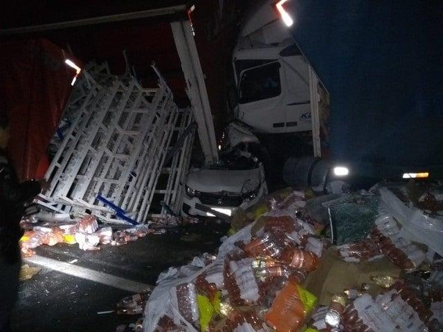 Carga de caminhão ficou espalhada na pista na Rodovia Dom Gabriel Paulino Bueno Couto em Jundiaí (Foto: Ademir Martimiano/Arquivo pessoal)