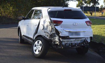 Caminhão colidiu na lateral traseira do carro (Foto: Manoel Moreno)