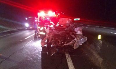 Acidente ocorreu na rodovia Engenheiro Cabral Rennó, no trecho de Santa Cruz do Rio Pardo (SP) — Foto: Corpo de Bombeiros/Divulgação