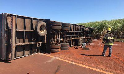 Uma das faixas no sentido interior-capital precisou ser interditada após o tombamento do caminhão (Foto: Corpo de Bombeiros/Divulgação)