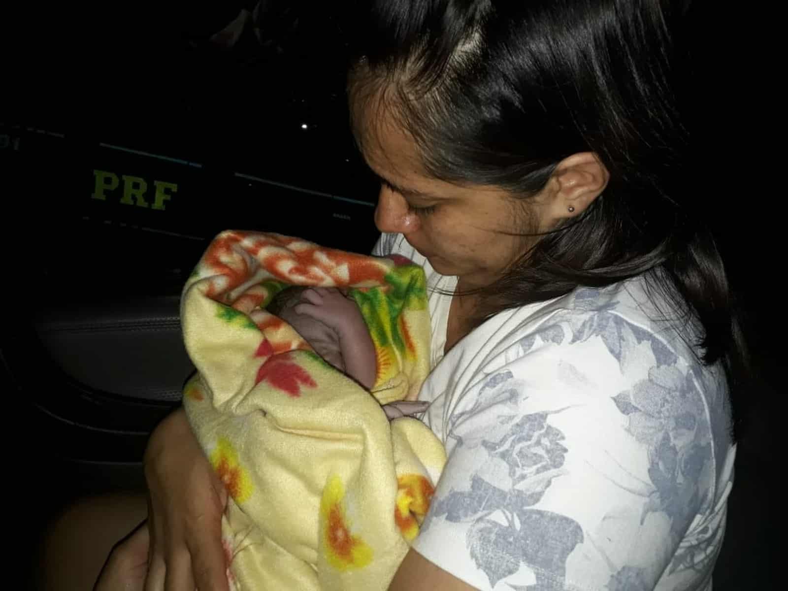 Mulher começou a ter contrações na Rodovia Transbrasiliana em Marília (Foto: Polícia Rodoviária Federal/Divulgação)