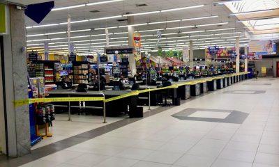 Caixas da loja no centro Lins receberam uma fita amarela indicando a interdição — Foto: J. Serafim/Divulgação