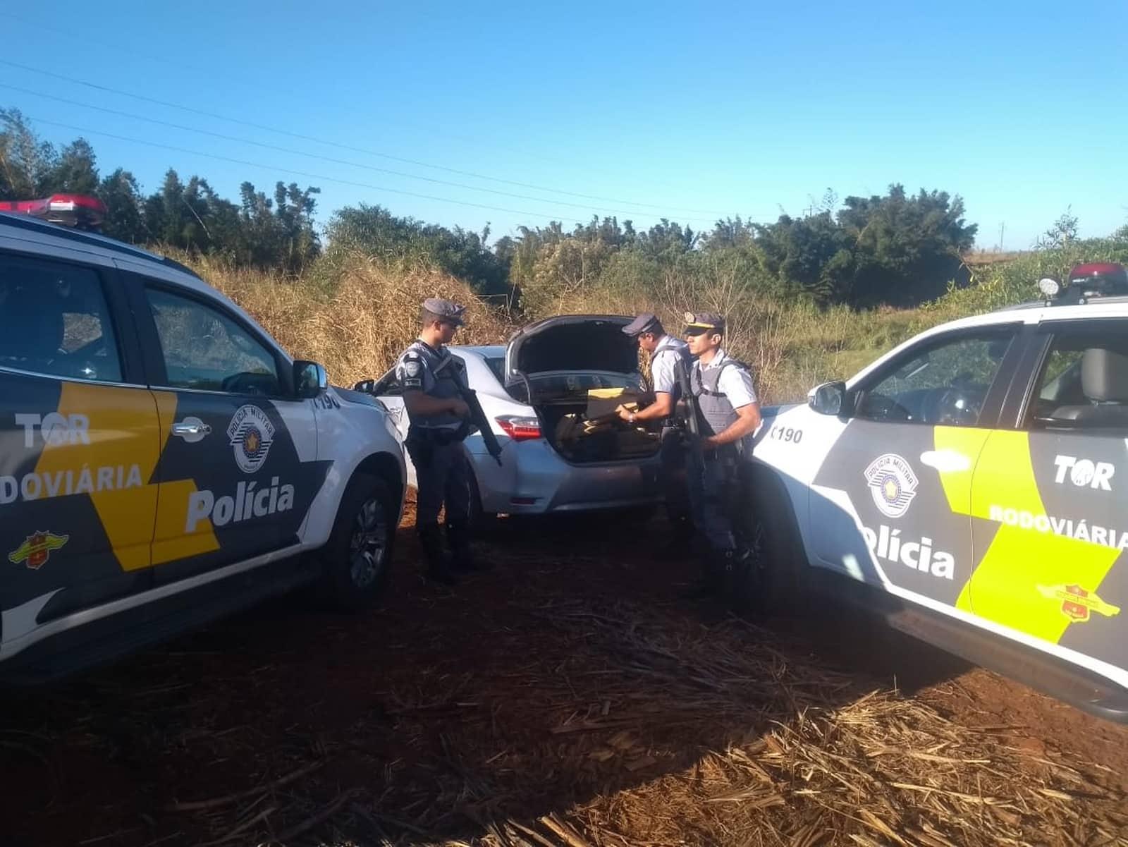 Policiais conseguiram cercar o carro em um canavial e prender o suspeito por tráfico de droga — Foto: Polícia Rodoviária/Divulgação