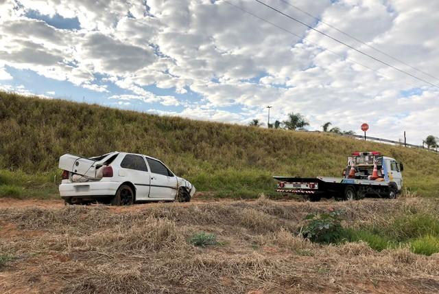 Equipes do DER fizeram a retirada do veículo (Foto: DER/Divulgação)