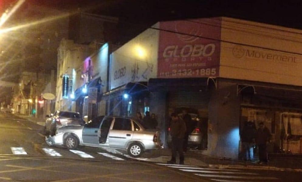 Carro entrou em loja no centro após acidente (Foto: Divulgação)