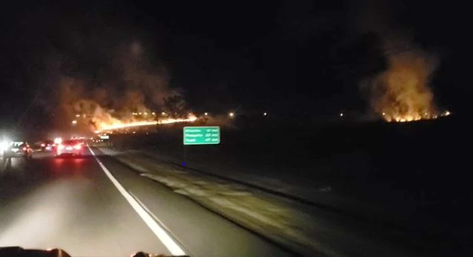 Trecho da Comandante João Ribeiro de Barros foi prejudicado por incêndio. — Foto: Claúdio Farneres/TV TEM