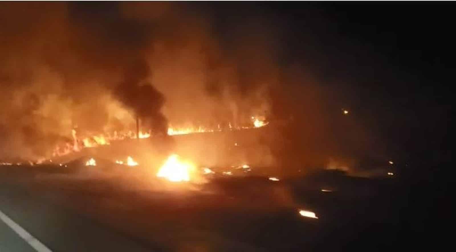 Incêndio em mata às margens da rodovia prejudicou a visibilidade dos motoristas em rodovia de Marília — Foto: Claúdio Farneres/TV TEM