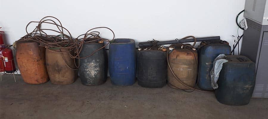 Alguns dos galões apreendidos durante a ocorrência (Foto: Cedida/PM)