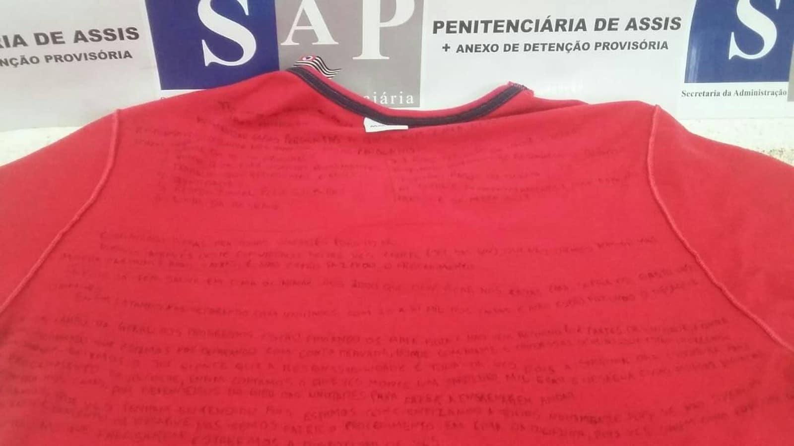 Camiseta com 'carta' escrita no lado avesso foi apreendida em penitenciária de Assis — Foto: Divulgação/SAP