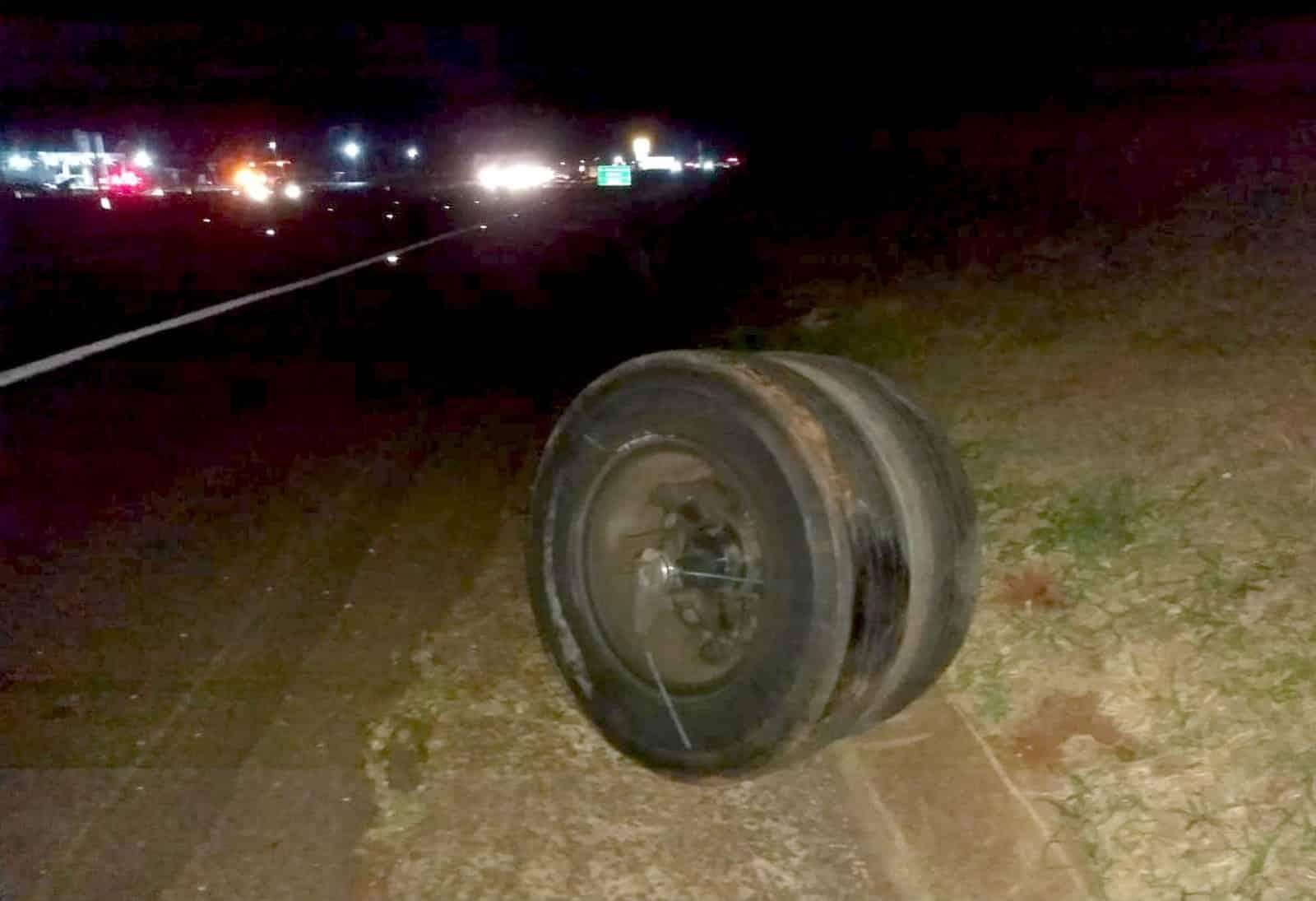 Rodas do caminhão que se soltaram do eixo ficaram no acostamento da SP-270 — Foto: The Brothers/Divulgação