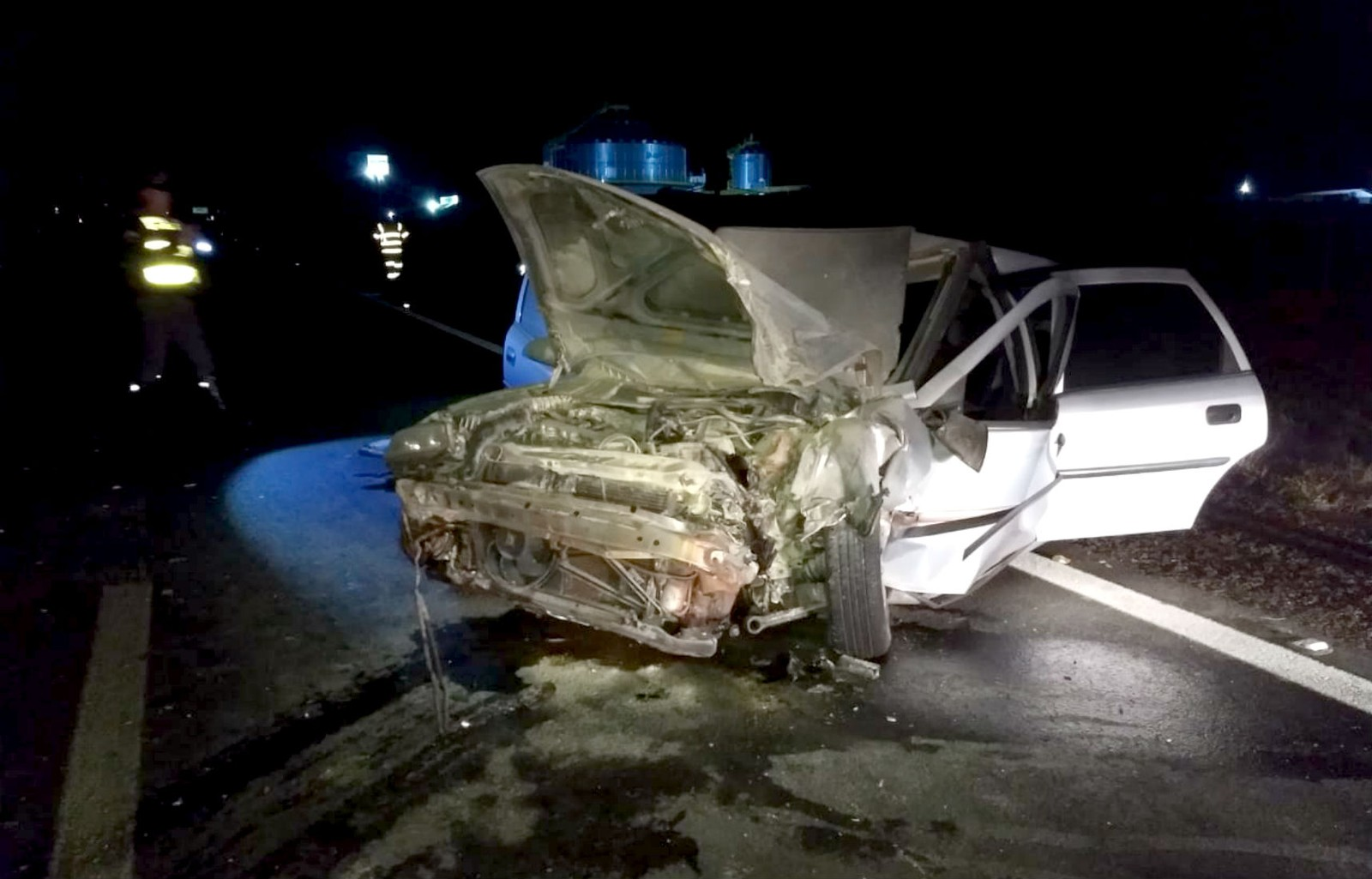 Carro atingido pelas rodas do caminhão ficou com a frente totalmente destruída — Foto: The Brothers/Divulgação
