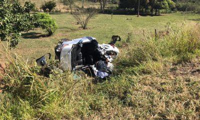 Carro saiu da pista após capotar na tarde deste domingo (14) — Foto: Aeromédico/Sesa