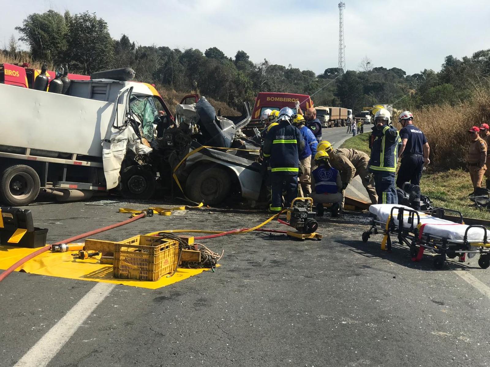 Segundo a polícia, um caminhão carregado com cilindros de oxigênio e uma caminhonete bateram de frente na PR-418, próximo ao cruzamento com a PR-092 (Foto: Wesley Cunha/RPC)