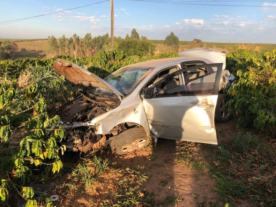 Motorista perdeu o controle e carro parou no cafezal (Foto: Divulgação)