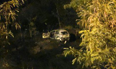 Carro caiu em uma ribanceira e começou a pegar fogo em Marília (SP) — Foto: Divulgação/Corpo de Bombeiros