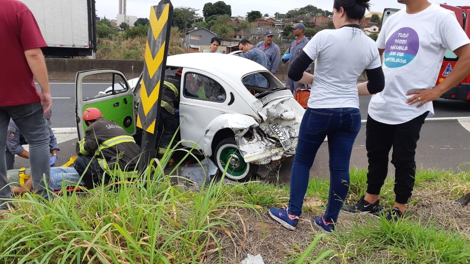 Socorrista faz atendimento de um dos motoristas feridos no acidente, que foram levados para o HC — Foto: Corpo de Bombeiros/Divulgação