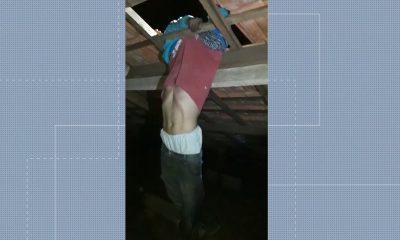 Uma telha quebrou enquanto suspeito andava em telhado, em Rolândia — Foto: Reprodução/RPC
