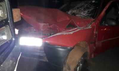 Carro bateu em caminhão estacionado (Foto: Ana Cláudia Ribeiro/Cedida)