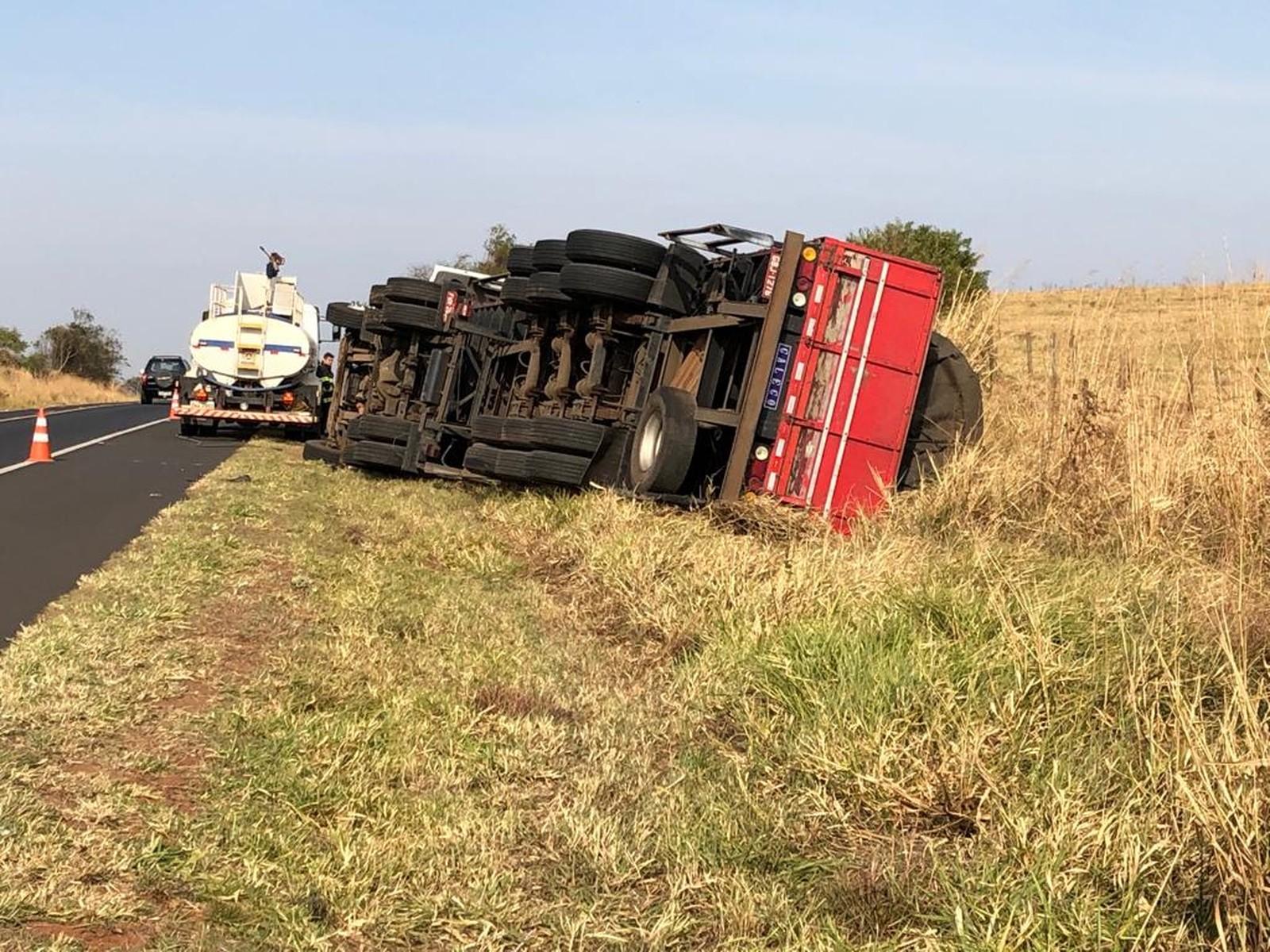 Caminhão tombou em trecho da SP-425 — Foto: Junior Paschoalotto/TV Fronteira