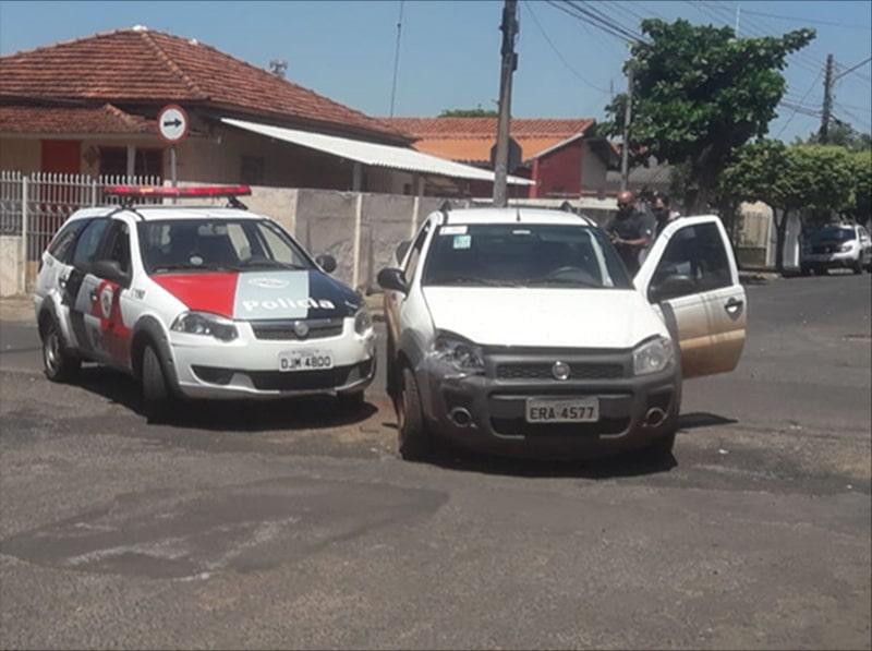 Veículo bate em viatura da PM em Paraguaçu Paulista (Foto: Denise Moreira/TV Paraguaçu)