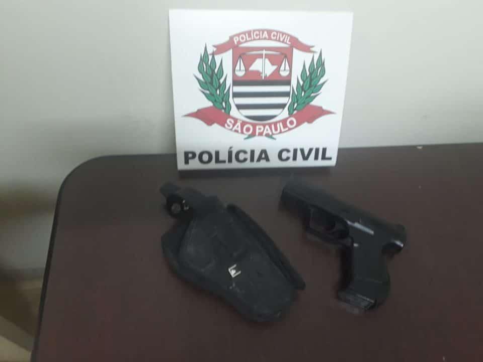 Simulacro de arma foi apreendido (Foto: Divulgação)
