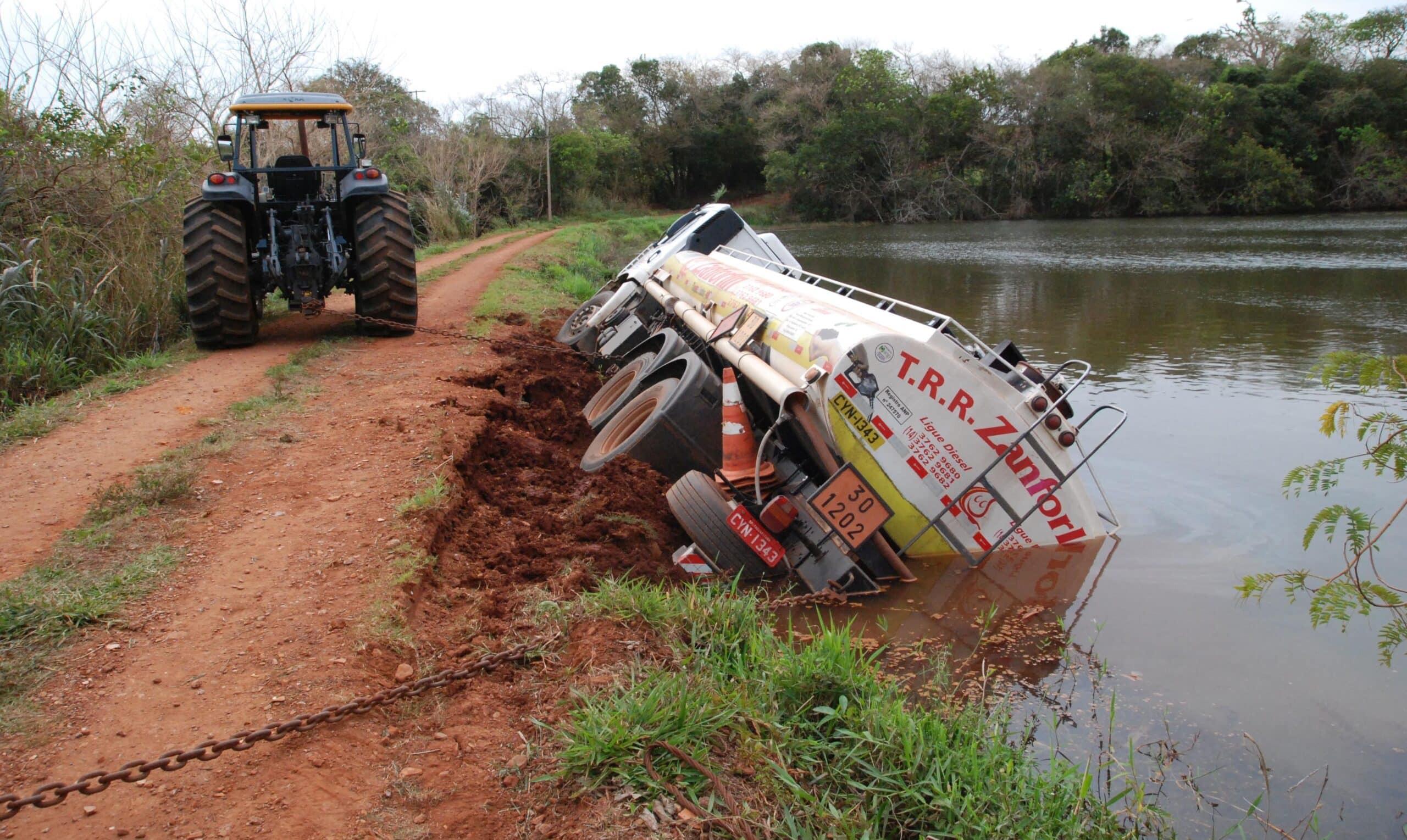 Caminhão carregado com óleo diesel tomba dentro de lagoa em Ibirarema (Foto: Divulgação/Corpo de Bombeiros)