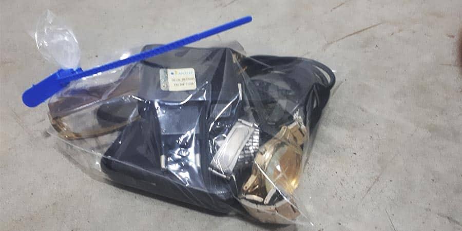 Objetos apreendidos no imóvel do acusado, que podem ser de um furto ocorrido na manhã de sábado (Foto: Manoel Moreno)