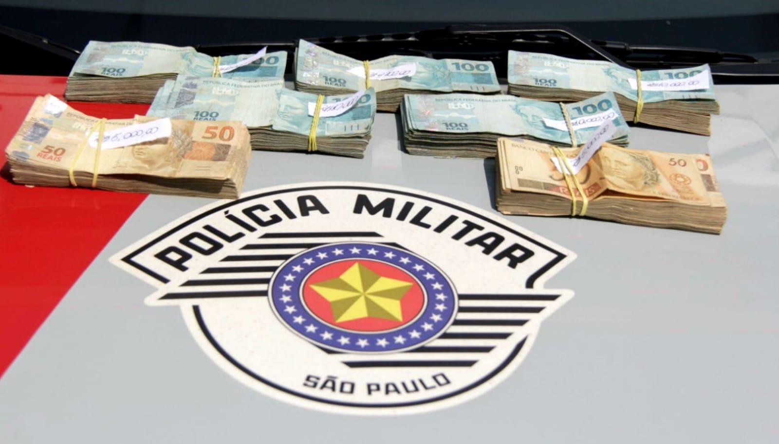 Os R$ 58 mil achados por mulher na porta de sua casa foram encaminhados para a polícia e valor será depositado em conta judicial (Foto: Samantha Ciuffa/Jornal da Cidade)