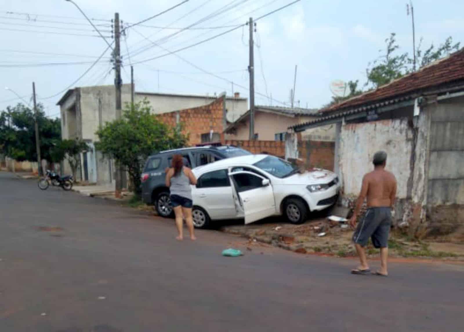 Carro e viatura da PM batem durante perseguição em Assis — Foto: The Brothers/Divulgação